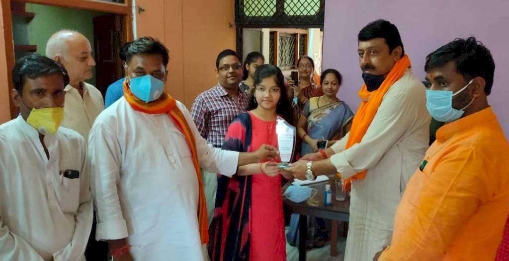 हमीरपुर सदर विधायक युवराज सिंह ने मेधावी छात्र छात्राओं का घर पहुंचकर किया सम्मान