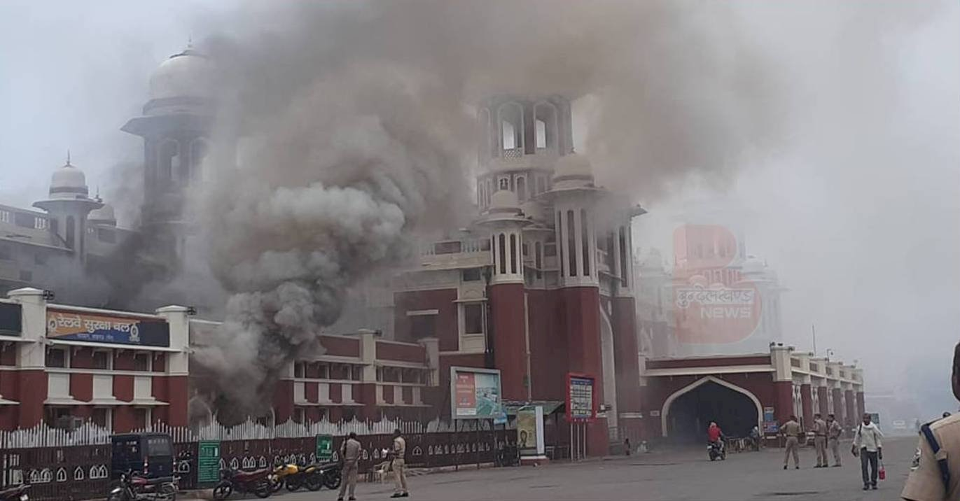 लखनऊ : चारबाग स्टेशन पर शॉर्ट सर्किट से दो एटीएम जलकर राख हुए, लाखों के नोट भी जले