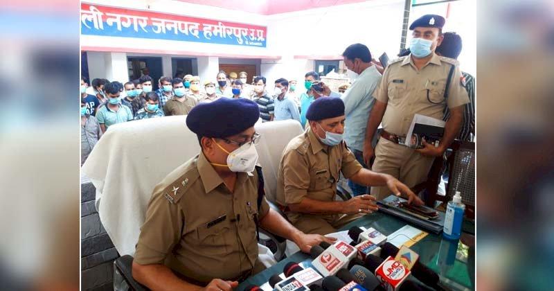 हमीरपुर : सपा नेता व ग्राम प्रधान समेत 30 लोग जुआं खेलते गिरफ्तार