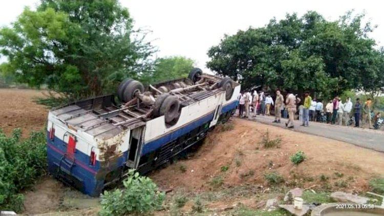 दिल्ली से छतरपुर जा रही बस महोबा के पास पलटी, दो दर्जन यात्री घायल