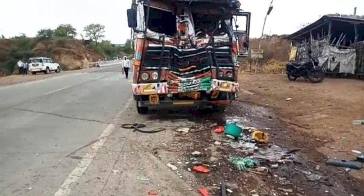 खड़ी बस में अनियंत्रित ट्रक ने मारी टक्कर, दो यात्रियों की दर्दनाक मौत
