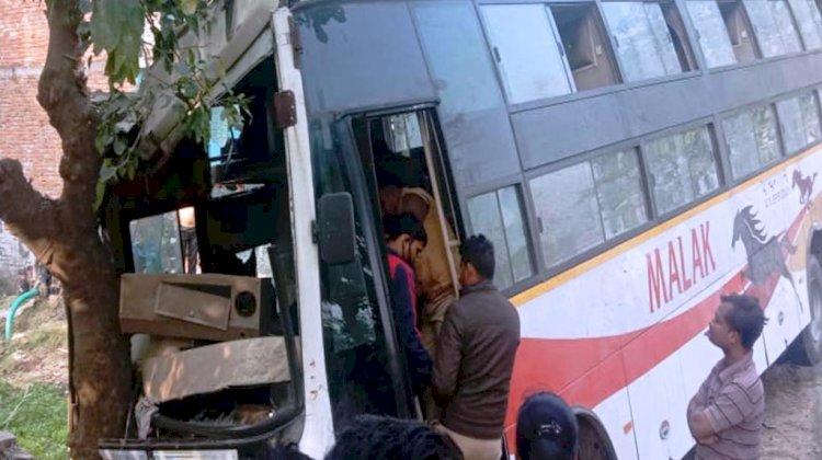 गुजरात से बांदा आ रही प्राइवेट बस पेड़ से टकराई, 7 यात्री घायल