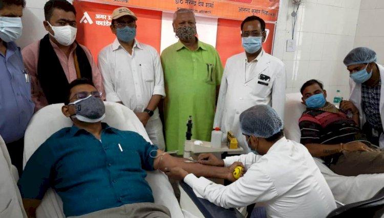 विश्व रक्तदाता दिवस पर बाँदा डीएम ने रक्तदान कर की शुरूआत, 32 लोगों ने किया रक्तदान