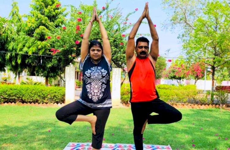 चित्रकूट मंडल आयुक्त और डीएम बांदा ने पत्नियों संग किया योगाभ्यास