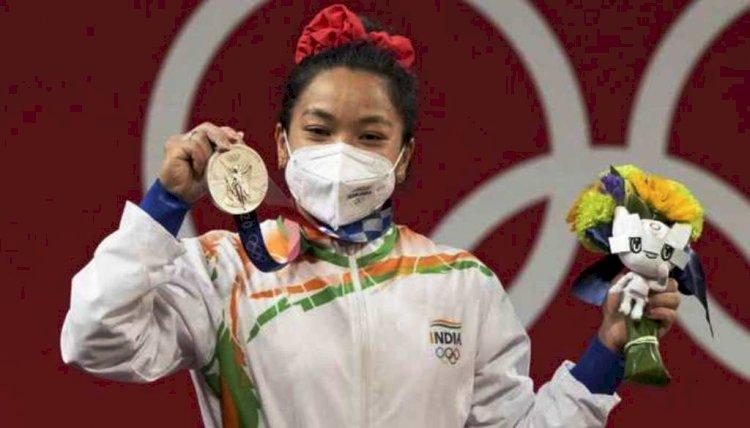 टोक्यो ओलंपिक में पहले ही दिन मीराबाई चानू के मेडल जीतने पर भारत में खुशी की लहर