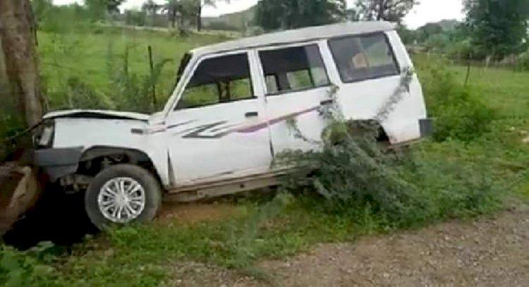 महोबा जिलाधिकारी के काफिले की एस्कॉर्ट में लगी कार पेड़ से टकराई
