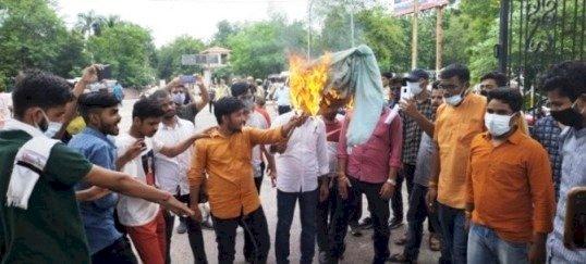 अभाविप ने फूंका बुंदेलखंड विश्वविद्यालय के कुलपति का पुतला