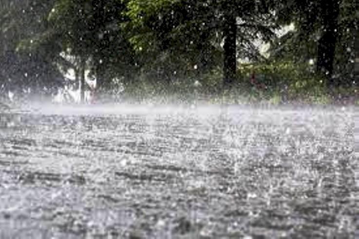 भारी बारिश से जनजीवन अस्त व्यस्त, दर्जनों मकान गिरे, घरों में घुसा पानी