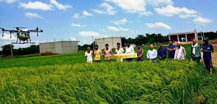 ड्रोन से फसलों पर कीटनाशी का छिड़काव कर बेहतर उत्पादन कर सकते हैं किसान : कृषि वैज्ञानिक
