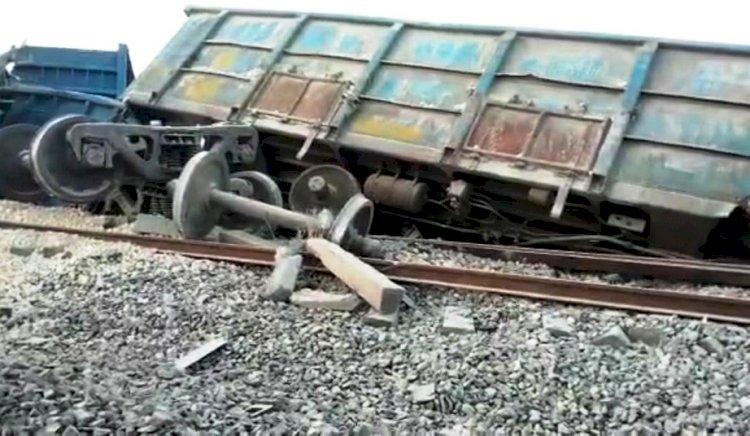 डीएफसी रेलवे ट्रैक पर मालगाड़ी हुई डिरेल, बोगी के नीचे दबकर एक बच्चे की मौत दो घायल