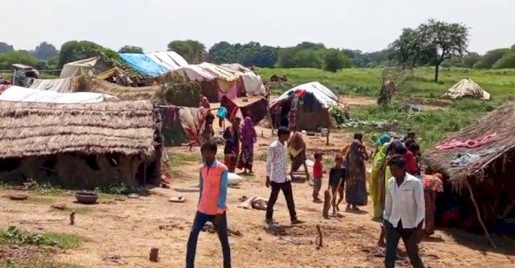 दबंगों द्वारा 100 साल पुराना रास्ता रोकने से, 50 घरों के ढाई सौ लोग हुए घर से बेघर