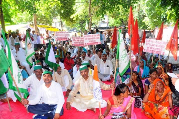 बांदा में भारत बंद रहा बेअसर, धरना प्रदर्शन कर कृषि बिलों का किया विरोध